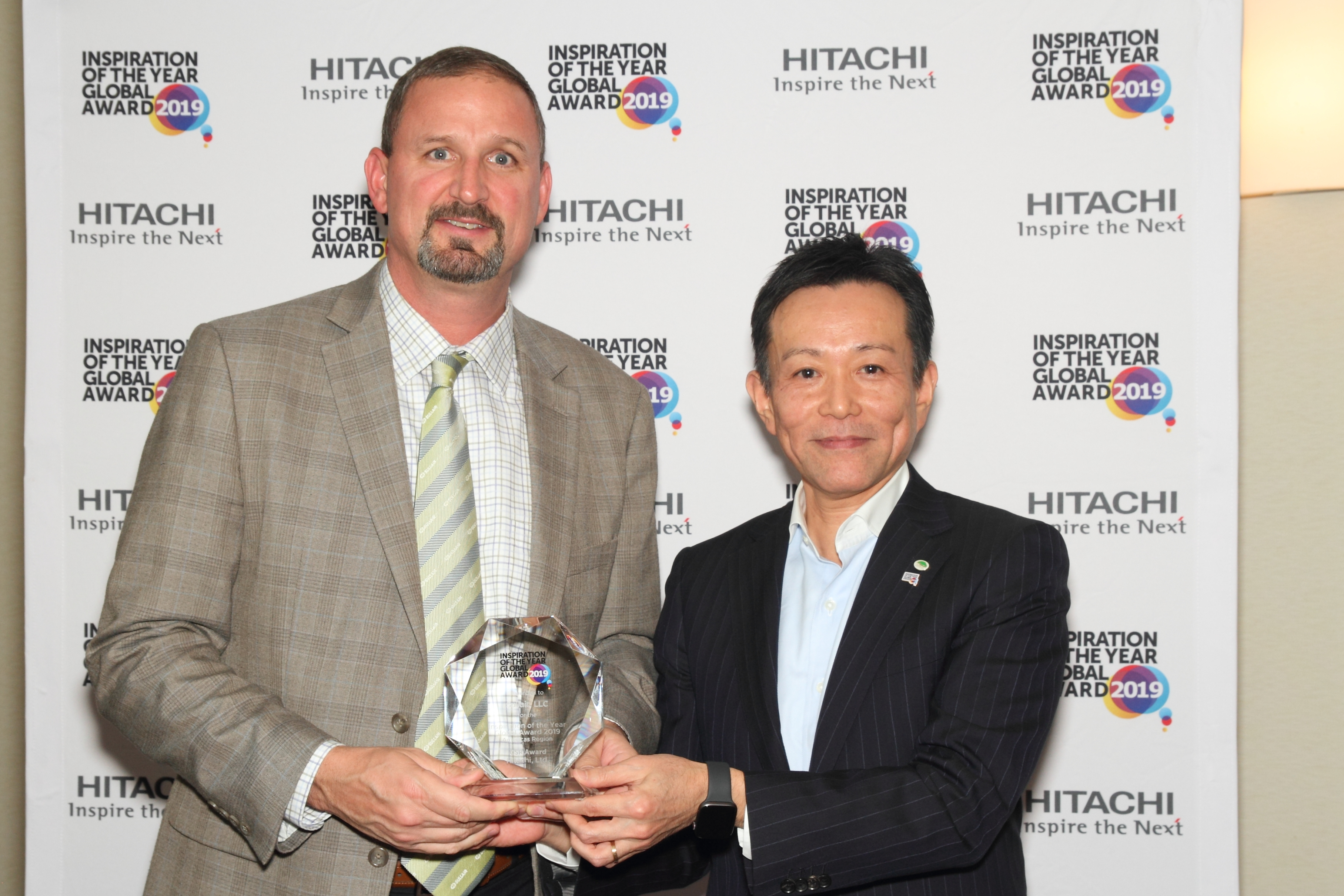 Brian Tylisz, Vice President of Commercial & Industrial Sales for the Americas, accepts the award on behalf of Sullair from Mr. Toshiaki Tokunaga, Chairman of Hitachi Global Digital Holdings